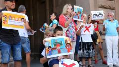 20-тина ядосани на маските родители протестираха пред МОН