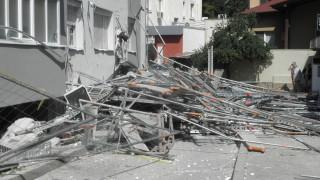 Скеле за санирането на 13-етажен блок се срути в Благоевград