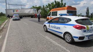 """Тир се удари в мантинела и затрудни движението към """"Дунав мост 2"""""""