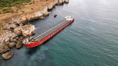 Пред екокатастрофа: корабът край Камен бряг се е наклонил и е с пробойни