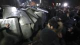Водни струи срещу протестиращи в центъра на Ереван