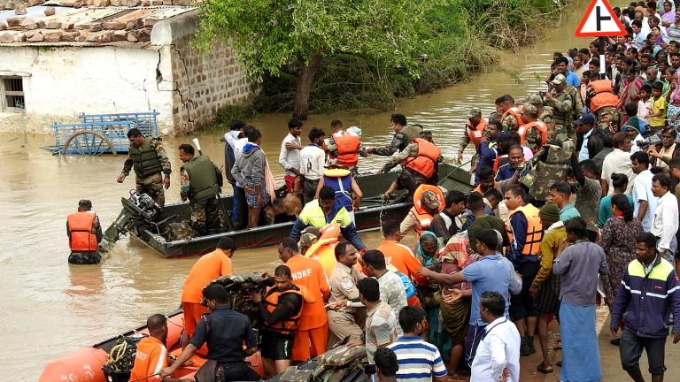 Снимка: 165 загинали и милиони без дом след наводнения в Индия