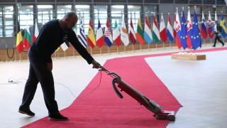 Без потупване, целувки и ръкуване: Безпрецедентни мерки на първата среща на върха на ЕС от февруари