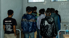 Трафиканти наблъскаха 40 мигранти в два джипа