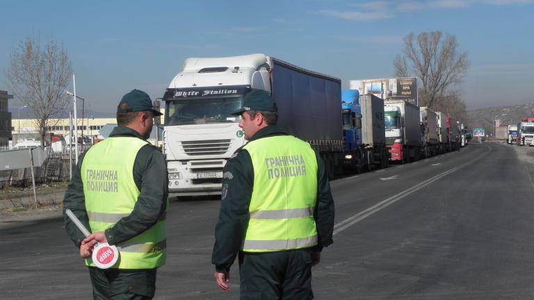Спират движението на камионите над 12 тона по най-натоварените пътища