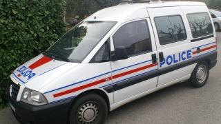 Десетки въоръжени щурмуваха полицейски участък в предградията на Париж