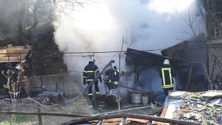Пожар в къща едва не остави цяло село без ток