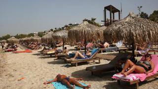 Гърците се върнаха на плажовете на фона на първата гореща вълна за 2020-та