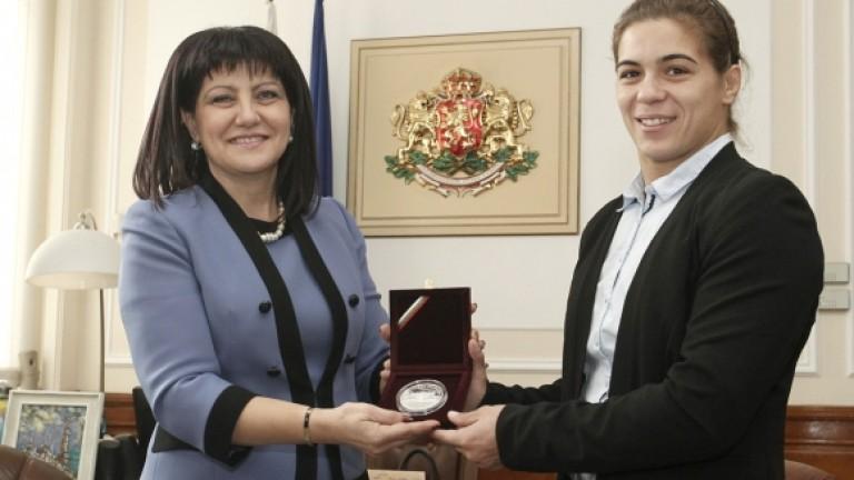 Световната шампионка по борба Тайбе Юсеин и нейният треньор Петър