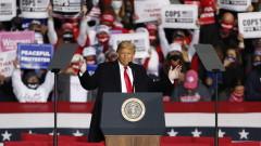 Тръмп удря с шапки Хилари Клинтън и Джо Байдън в предизборно видео