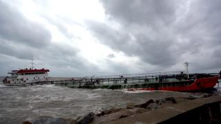 Заседнал танкер изпуска нефт по бреговете на Сахалин