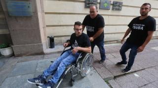 Оставят момче с увреждания на грижите на Борисов