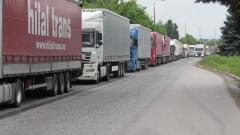 Отново километрични опашки от тирове чакат да преминат Дунав