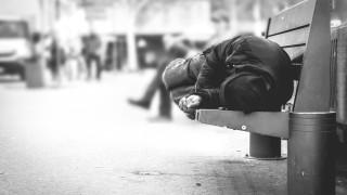 Съдът отмени 300 лв. глоба на бездомник, седял на пейка по време на забраната