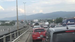 Огромно задръстване към Дунав мост заради катастрофа