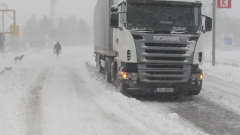 Снежна виелица обърна ТИР с българи на магистрала в Гърция