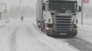 Километрични опашки от ТИР-ове на граничните пунктове заради снеговалежа