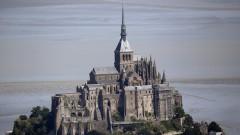 Евакуираха Мон Сен Мишел във Франция заради човек, заплашващ полицаи