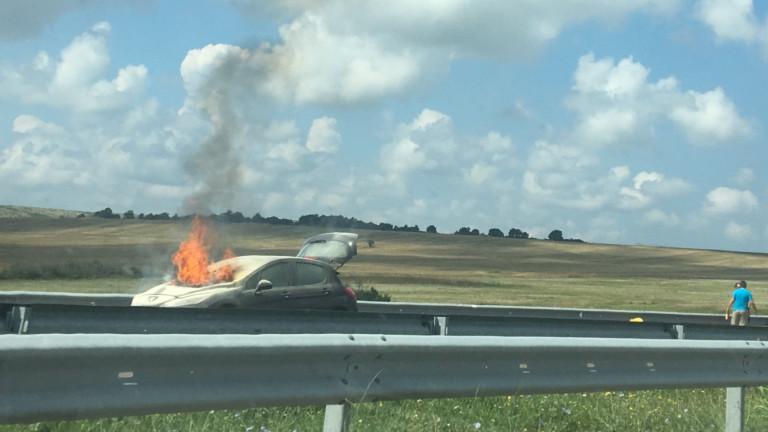 Кола се запали на кръстовище в Бургас