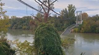 Мост рухна под тежестта на камион във Франция, един загинал