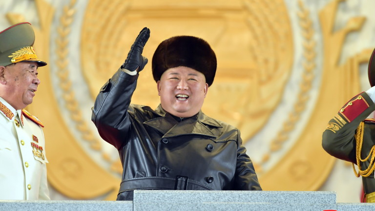 КНДР проведе военен парад в четвъртък вечерта в столицата Пхенян,
