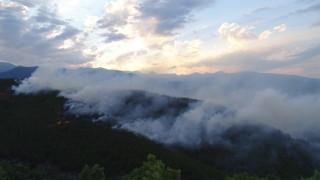 Гасят пожар до две села в Софийска област
