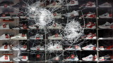Ранени полицаи и разбити магазини в размирна нощ в Щутгарт