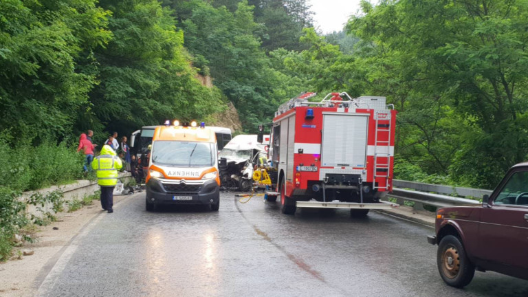 Трима мъже са загинали тази сутрин след катастрофа по пътя