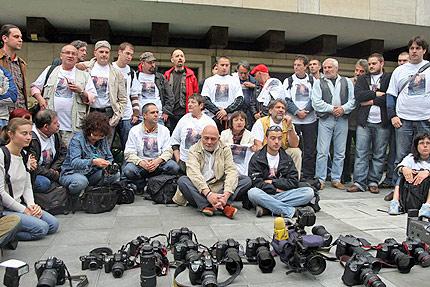 50 фоторепортери седнаха пред МВР