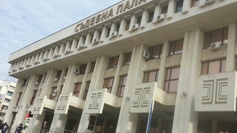Близки на убития в катастрофа колоездач протестират пред съда в Бургас