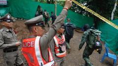 Родителите на блокираните в тайландска пещера деца приеха операция при риск