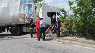 Турски ТИР удари три автомобила с румънска регистрация