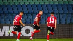 Бой между фенове и червен картон при победата на Локомотив (София) над Славия