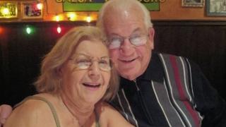 Живяла 69 г. в любов двойка почина заедно, държейки се за ръце