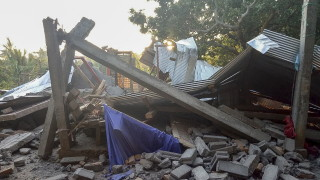 14 загинали при мощно земетресение в Индонезия