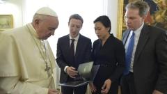 Основателят на Фейсбук обсъди социалните мрежи с папа Франциск