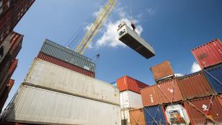 Темповете на световната търговия падат пета година поред