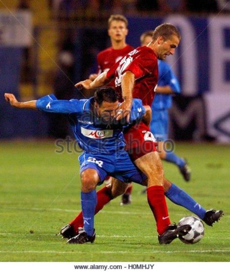Миодраг Пантелич в спор за топката с латвийски бранител.