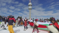 Стотици скиори в народни носии се спуснаха от връх Снежанка