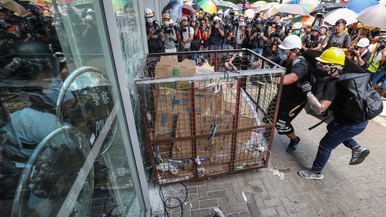 Спокойствието се завръща в Хонконг след сблъсъците в парламента