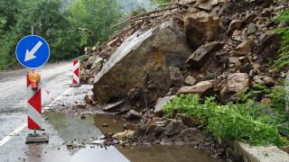 Опасност от срутища и свлачище по пътищата в планините