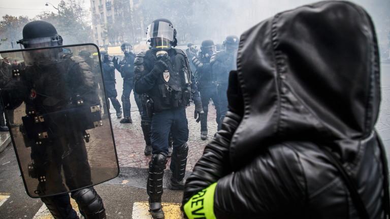 Парижката полиция изстреля сълзотворен газ в северозападен и южен Париж,