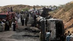 Брутална катастрофа с автобуси и цистерна погуби 40 души в Пакистан