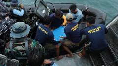 """Извадиха едната от двете """"черни кутии"""" на падналия самолет в Индонезия"""