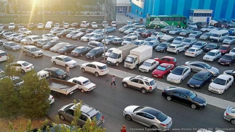 Туркменистан забрани черните автомобили и на жените да шофират