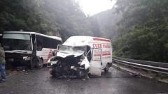 Петима ранени в катастрофа между автобус и микробус