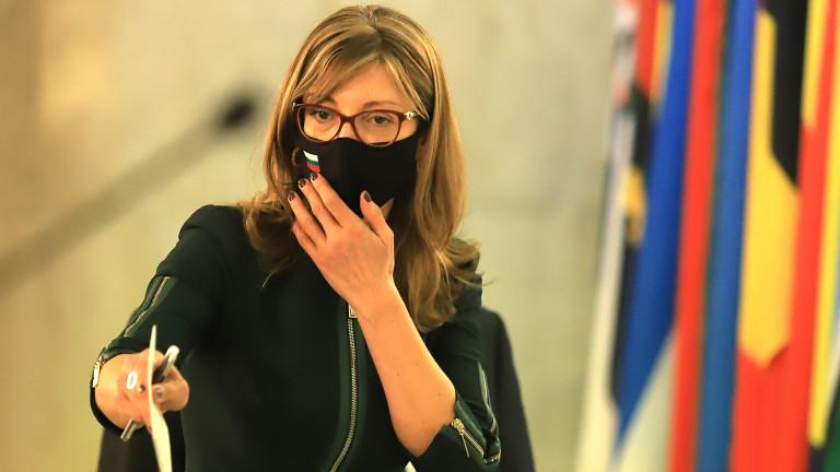 """Захариева в """"Туитър"""": Осъждаме арестите на мирни демонстранти в Русия"""