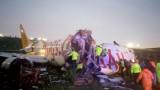 Пътнически самолет се разцепи на части при кацане на летище в Истанбул