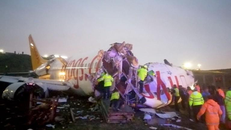 Пътнически самолет Boeing 737-800 е излязъл от пистата на второто
