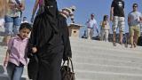 Осъдиха парижанка, поискала да свали никаба на мюсюлманка